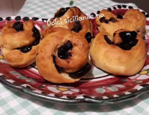 Piccoli panini con olive nere