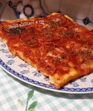 Pizza con fette di pomodoro e primo sale