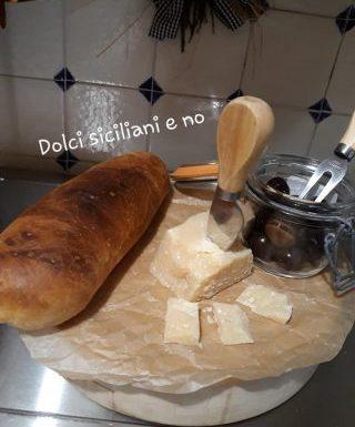 Pane in cassetta con le olive nere