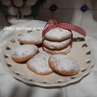 Biscotti con zucchero a velo
