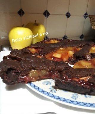 Crostata al cacao con fragole e mele